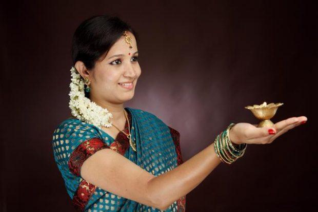 ofrenda de bella mujer con sari hindú