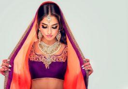 Bella joven con sari hindú