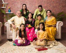 sari hindú. Familia vestida tradicionalmente