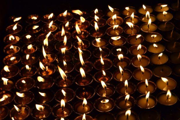 que ver en Boudhanath: velas de mantequilla al caer la noche