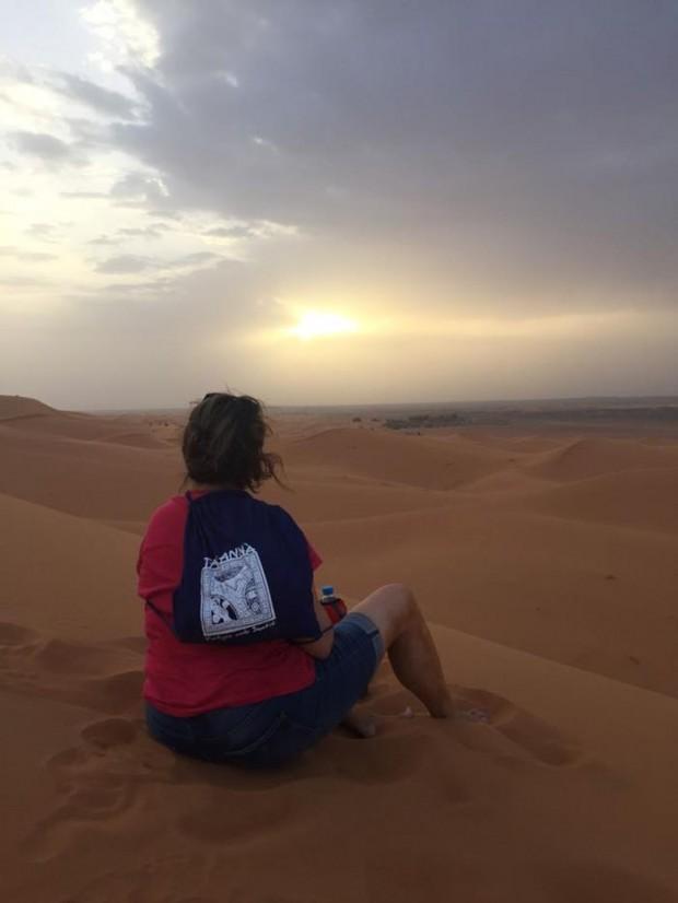 Carme desde las dunas en su viaje a Marruecos