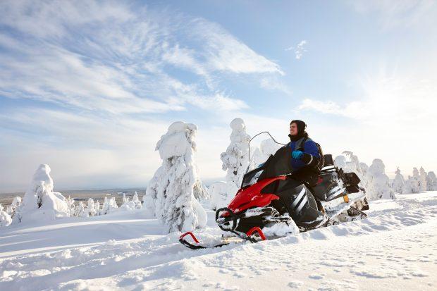 Viaje a Laponia en Navidad: moto de nieve